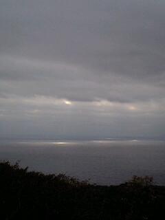 空から漏れた光が海に映る